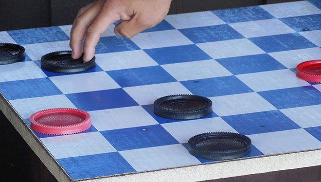 человек ходит шашкой