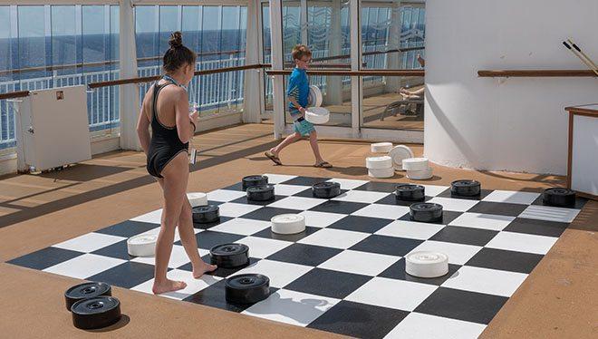 дети играют большими шашками
