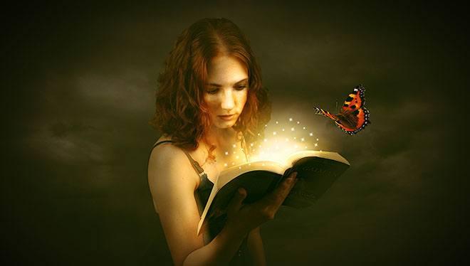 девушка смотрит в книгу