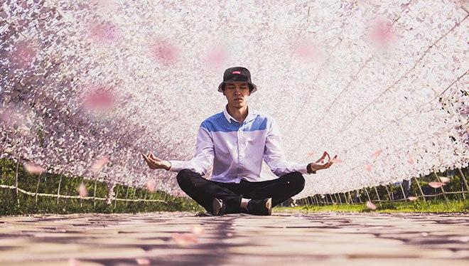 мужчина медитирует в саду