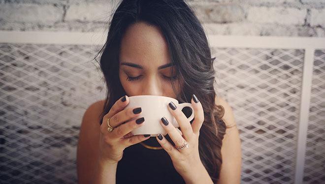 девушка пьет кофе с закрытыми глазами