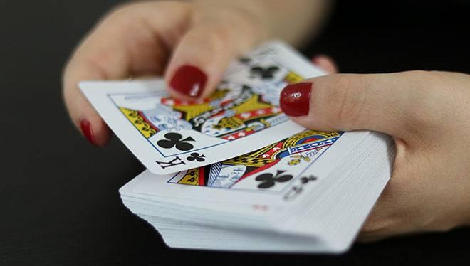 карты в женских руках