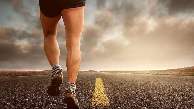 мужчина бежит по дороге