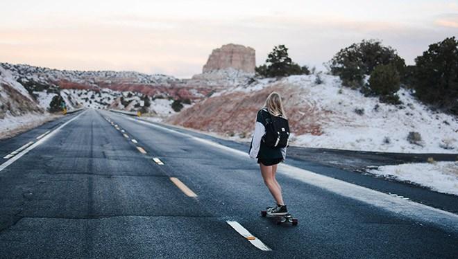 девушка на скейте на дороге