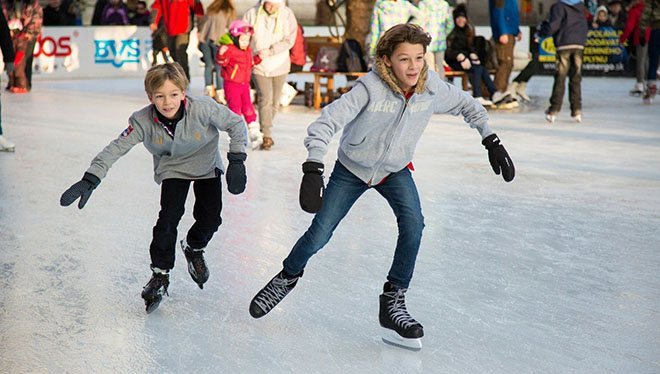 мальчишки на коньках