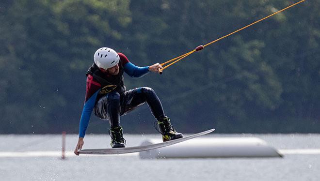 на водных лыжах прыжок