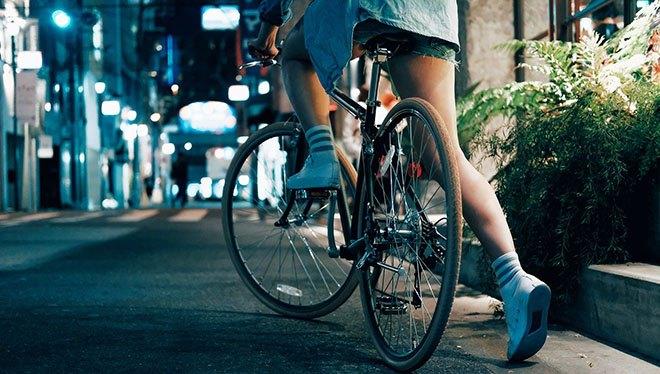 девушка садится на велосипед