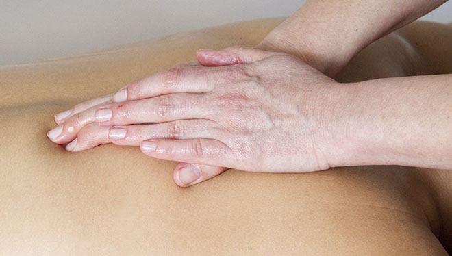 руки делают массаж спины