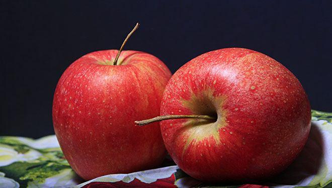 яблоки на черном фоне