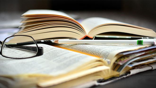 книга на столе очки и ручка