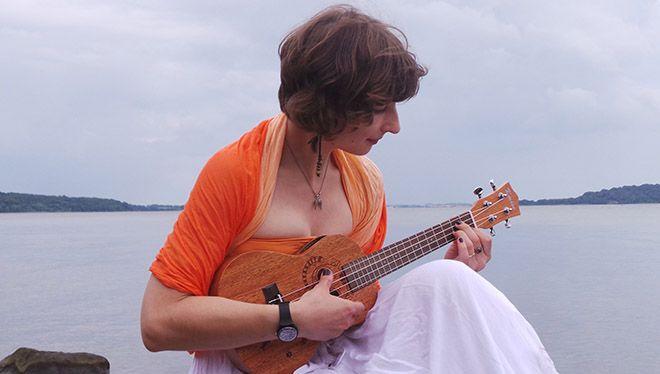 девушка на берегу моря с укулеле