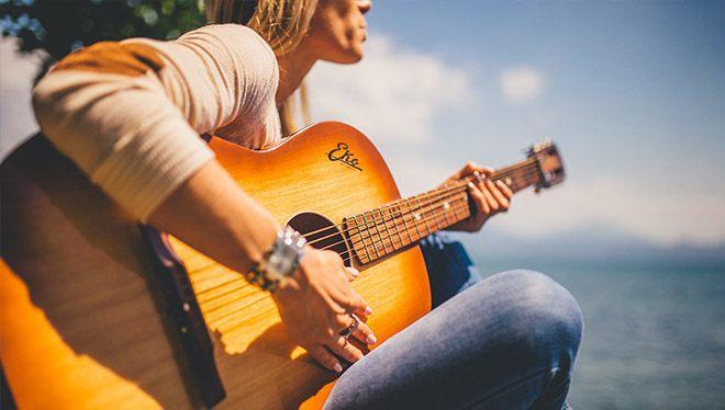 девушка с гитарой на пляже