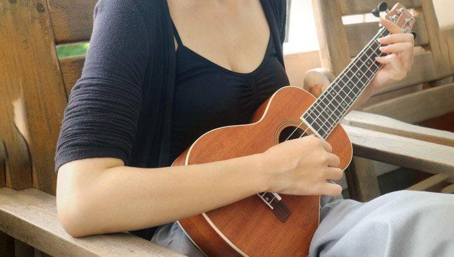 девушка с укулеле в руках