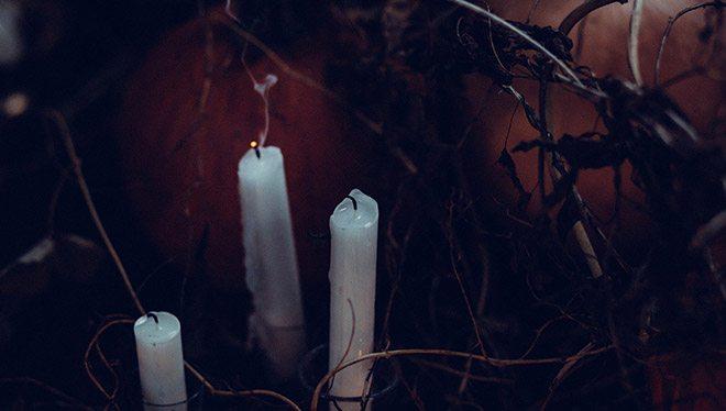 свечи в мрачном окружении