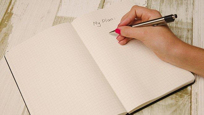 девушка пишет в ежедневник