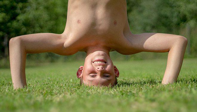 мальчик стоит на голове