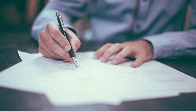 мужчина пишет письма