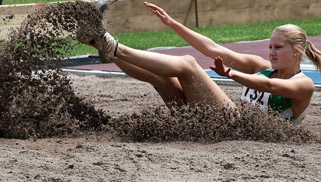 девушка упала в песок
