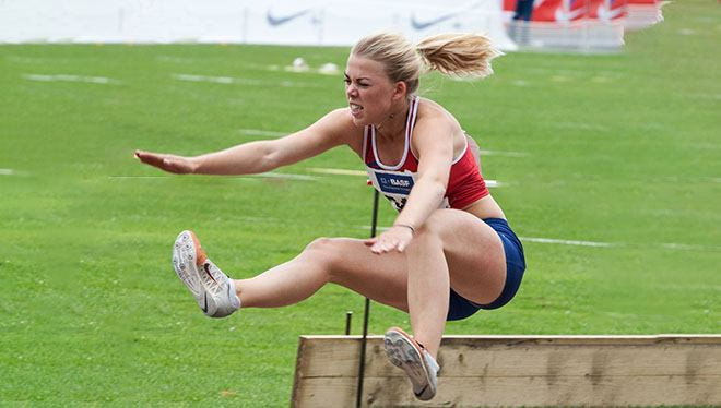 девушка в прыжке в длину