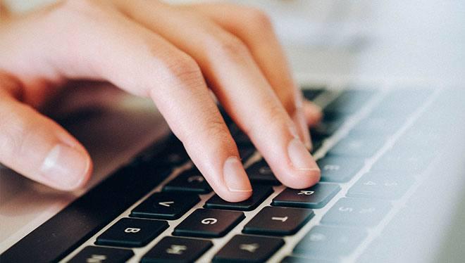 пальцы на клавишах