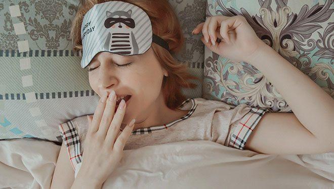 девушка спит зевота