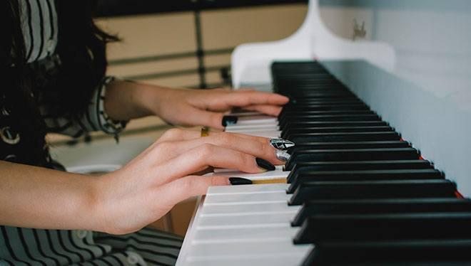 игра двумя руками на пианино