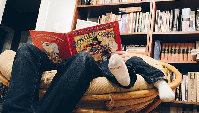 отец читает сказки ребенку
