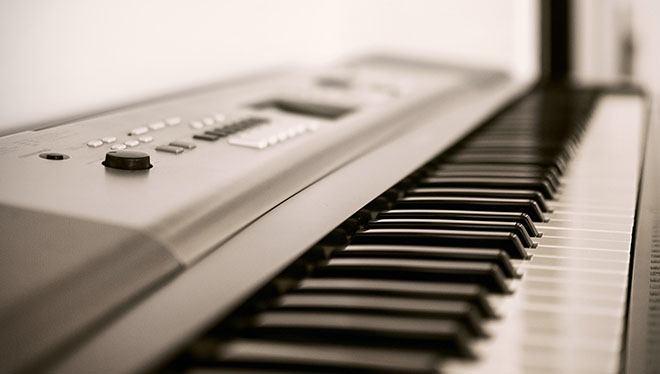 синтезатор вид сбоку на клавиши