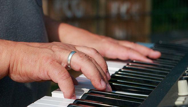 взрослый пианист