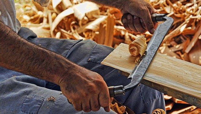 мужчина работает с деревом