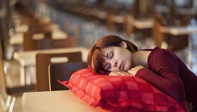 женщина спит за партой