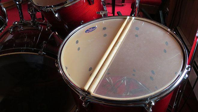 барабанные палочки на бочке