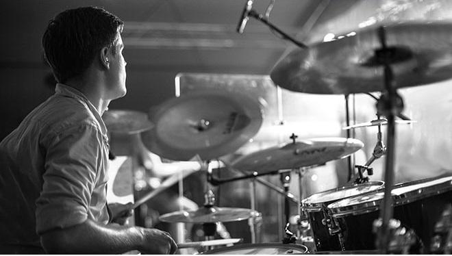 чб барабанщик дома