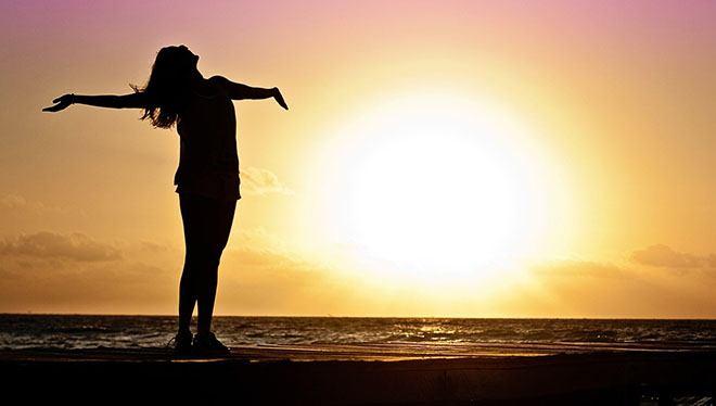 девушка впитывает лучи солнца